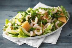 Hedelmäinen katkarapusalaatti on mainio lounassalaatti. Tarjoa salaatin kanssa tuoretta leipää. http://www.valio.fi/reseptit/katkarapusalaatti/ #resepti #ruoka