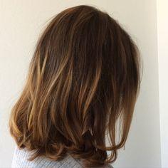 Haircut lob - pitkä polkkatukka uloskasvaneilla vanhoilla raidoilla näyttää näin hyvältä