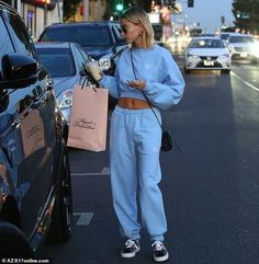Accessories: The model had a small black handbag with an ultra-thin strap slung ove. Celebrity Airport Style, Celebrity Outfits, Cute Airport Outfit, Airport Outfits, Modell Street-style, Cute Casual Outfits, Summer Outfits, Hayley Bieber, Blue Fashion