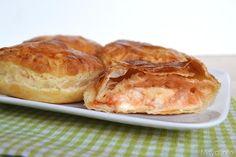 I rustici leccesi sono una specialità Pugliese, uno street food salentino che si trova in ogni bar e pasticceria della zona. Si tratta rustici fatti con la