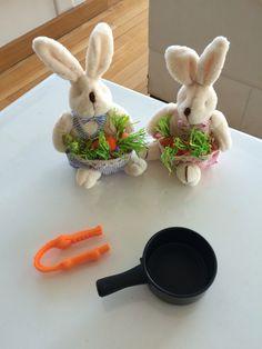 Transferindo as cenouras para a panela com ajuda da pinça. Atividade montessoriana.