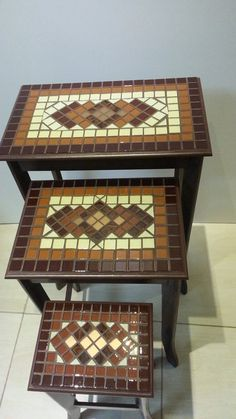 Trio Coffee Tables with Creme Central details with mirrored caramel-matched inserts combined with brown and gold-colored inserts Filling with brown / chocolate brown grout Mosaic Tile Designs, Mosaic Tile Art, Mosaic Diy, Mosaic Crafts, Mosaic Projects, Mosaic Patterns, Mosaic Glass, Mosaic Outdoor Table, Mosaic Coffee Table