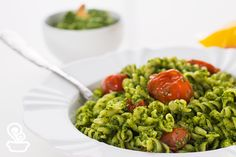 Pesto espinafre e brócolis. Eu fiz e ficou divino! Servido com massa integral e tomatinho cereja.