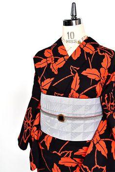 黒地にスカーレットオレンジ美しく染め出された蘭のような洋花模様が印象的な注染レトロ浴衣です。