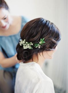 07 curly wedding hairstyle with lily of the valley - Weddingomania