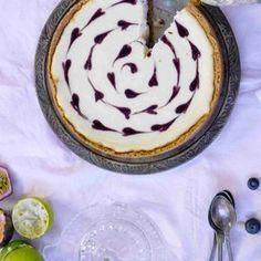 Juustokakussa valkosuklainen, samettinen täyte ja kirpeä mustaherukkahillo täydentävät toisiaan. Paistettu juustokakku valmistuu loppujen lopuksi hyydytettyä kätevämmin, ja helppo sydänkoristelu kruunaa herkun.