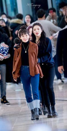 Red Velvet Seulgi and Joy Wendy Red Velvet, Red Velvet Joy, Red Velvet Seulgi, Velvet Style, Fashion Idol, Kpop Fashion, Fall Fashion, Style Fashion, Korean Airport Fashion