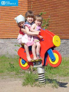 Sopu sijaa antaa. Kolmikko kiikussa Venäjällä. #Lapset #Leikki #SOS-Lapsikylä #Venäjä
