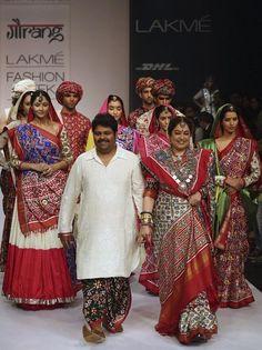 O estilista indiano Gaurang apresenta sua nova coleção de roupas ao lado da atriz de Bollywood Kiran Kher em desfile na Lakme Fashion Week, realizada a cada dois anos em Mumbai, na Índia - http://epoca.globo.com/tempo/fotos/2013/08/fotos-do-dia-26-de-agosto-de-2013.html (Foto: EFE/Divyakant Solanki)
