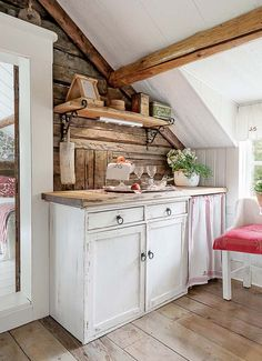 Wow check out this brilliant photo - what an artistic version Cottage Living, Cottage Homes, Knotty Pine Decor, Design Apartment, Piece A Vivre, Cottage Interiors, Country Kitchen, Rustic Kitchen, Log Homes