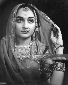 Bride wearing Rajputi jewellery in Rajasthani Bride, Rajasthani Dress, Photography Women, Vintage Photography, Rajputi Jewellery, Royal Indian, Rajputi Dress, Vintage India, Vintage Bollywood