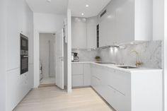 Sandhamnsgatan 21, Stockholm – Gärdet – Lägenhet till salu – ERA Sverige Double Vanity, Stockholm, Bathroom, Kitchen Ideas, Washroom, Bathrooms, Bath, Bathing, Bath Tub