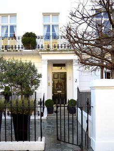 Knightsbridge is home to the quaintest (and most expensive) houses in London. Don't be surprised if an Italian sports car goes flying past you when you're strolling along its streets. Beautiful London, Beautiful Homes, Beautiful Places, London Apartment, London Townhouse, British Home, London Places, Expensive Houses, Town And Country