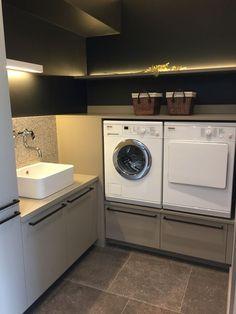 Wasmachine & Droger op hoogte. Door de muren een kleur te geven geeft het een luxe uitstraling: