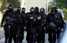 In June the French Police Nationale formed RAID in an effort to combat the rising amount of violent crime and terrorism sweeping through Europe and France at that time. Riot Police, Military Police, Latest Technology Gadgets, Technology Articles, Technology Updates, Police Nationale, Military Special Forces, Special Ops, Mockup