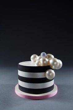 Charlotte Neuville takes the cake where pastry art is concerned. Just ask her A-list clients who include Anna Wintour and Oprah Winfrey. Cupcakes, Cupcake Cakes, Birthday Cake Decorating, Cake Decorating Tips, How To Make Gelatin, Gelatin Bubbles, Bubble Cake, Chef Cake, Balloon Cake