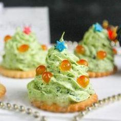 Закуска на крекере получается не только очень вкусной, но и нарядной. Создавать ёлочки на крекерах лучше всего перед подачей на стол за несколько минут что бы крекеры не размякли и остались хрустящими