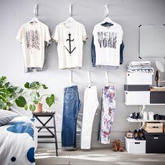 Mit umgedrehten EKBY LERBERG Konsolen in Weiß wird aus einer Wand ein Kleiderschrank. Daran lassen sich z. B. T-Shirts, Hemden, Blusen und Hosen aufhängen.