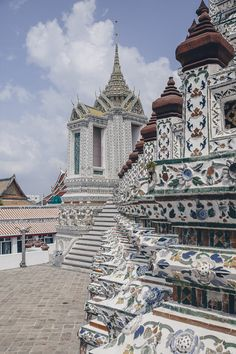 Bangkok: A Brilliant Place To Visit Approximate flying times: From New York: 17 hrs. If New York is the city that never sleeps, forget the ala… Bangkok Travel, Thailand Travel, Bangkok Thailand, Chiang Mai, Beautiful Buildings, Beautiful Landscapes, Culture Of Thailand, Strait Of Malacca, Destinations