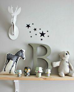Leuk. Simpele boekenplank aan de muur. Perfect in combi met muurkleur en accessoires | tránsito inicial