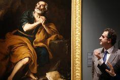 El comisario de la exposición Gabriele Finald observa la obra 'Santiago penitente de los venerables' de Murillo.