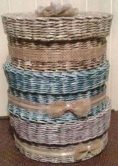 Trzy przybielane kosze o tych samych wymiarach ale różnych kolorach. Kolejno: brązowy, niebieski, fioletowy. https://www.facebook.com/recykling.artystyczny