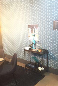 Mooi behang Boutique Hotel Karwei op VT Wonen beurs: Vliesbehang honingraat blauw - dessin 101671/ 547248. Combinatie met zwart tafeltje, blauwe stoeltje en blauw kleed fantastisch