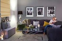 roleta rzymska zaciemniająca, ława szklana, stolik szklany, dywan, obraz, skrzynia tapicerowana, lampion, salon w stylu new york, new york look, pokrowiec na sofę z ikea, lampa stołowa - zdjęcie od Dekoria.pl