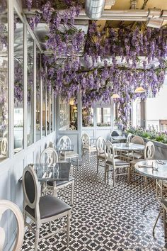 7 Beautiful Cafés in London. Beautiful strands of purple wisteria hanging from the ceiling of Aubaine Selfridges cafe in London. Decoration Restaurant, Restaurant Design, Pub Decor, Cafe Interior Design, Cafe Design, Cafeteria Paris, London Cafe, London Coffee Shop, Oxford Street London