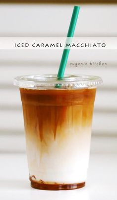 Forget about heading to Starbucks for coffee fix and make your own caramel macchiato at home! Starbucks Iced Caramel Macchiato Copycat Recipe recipes at home refreshers Starbucks Drinks, Starbucks Coffee, Vegan Starbucks, Cold Coffee Drinks, Starbucks Order, Cold Drinks, Do It Yourself Essen, Make It Yourself, Desserts