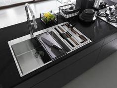 Praktisch en efficiënt werken: that's key! De Box Center van Franke is een alles-in-één spoeltafel die de belangrijkste toebehoren netjes opbergt in de daarvoor voorziene vakken. Keer op keer kan je proeven van ultiem kookcomfort. Box Center, Sink Units, Knife Holder, Food Preparation, Kitchen Organization, Kitchen Accessories, Stove, Kitchen Appliances, Pure Products