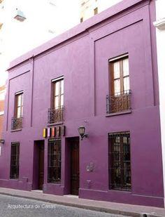 casa-hotel.Fachada pintada de púrpura.    Buenos Aires