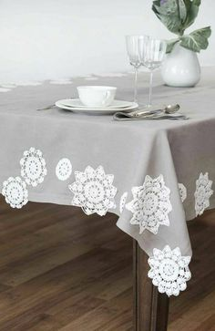 Tablecloth with doilies in addition to table runner. How about lace doily curtains/blind? Doilies Crafts, Lace Doilies, Crochet Doilies, Doily Art, Crochet Home Decor, Linens And Lace, Decoration Table, Table Covers, Table Linens