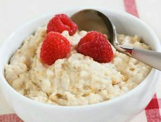 Vanille-Apfel-Porridge: Zutaten für 1 Portion: 200 ml fettarme Milch, 1 EL Puddingpulver Vanille, 4 EL Köllnflocken & Frucht, 1 Prise Salz, 1 Apfel