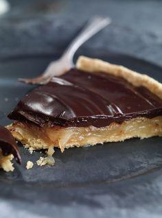 Ricardo& recipe : Caramelized Pear and Chocolate Tart Chocolate Pie Recipes, Chocolate Pies, Pear Recipes, Sweet Recipes, Pie Dessert, Dessert Recipes, Just Desserts, Delicious Desserts, Caramel Pears