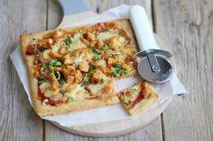 We hebben de pizza belegd met onder andere kip, barbecuesaus, mozzarella en paprika. En o wat was deze barbecue chicken pizza lekker!