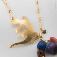 Ise Soldevila - Joyas ® | CV_22 #Collar con salamandra de latón bañada en oro de 24 quilates y cadena de plata bañada en oro, adornada con #ágatas de colores. Pedidos: contacto@isesoldevila.com