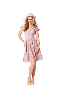 Schnittmuster für Kleid 6793 Sehr feminin und figurbetont, die Kleider mit dem enganliegenden Taillenmieder. Der glockige Rock bildet den Gegengpol und verleiht Schwung. Wenn du den noch verstärken...