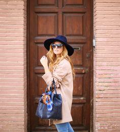 Casual Look. Look con abrigo camel. A trendy life. #casual #denim #jeans #sunglasses #camelcoat #navytop #hat #taconmidi #midishoes #cortefiel #promod #levi's #tous #masvision #ursulitas #outfit #fashionblogger #atrendylife www.atrendylifestyle.com