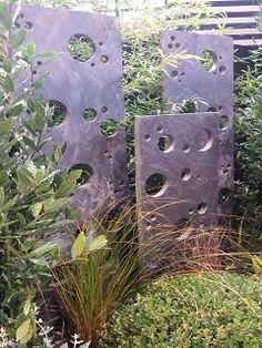 Hole Asturia 100x50x3 cm Grandes plaques de schiste percée de trous de tailles différentes pour donner un look moderne à votre jardin. Existe en 100 - 150 ou 200 cm de haut.
