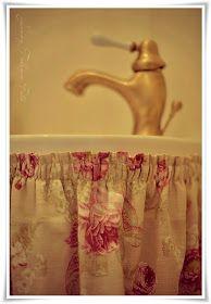 i engelsk cottage stil! Bathroom Sink Skirt, Bathroom Curtains, Valance Curtains, Swedish House, Cottage Interiors, Rose Cottage, Old World, Basin, Interior Decorating