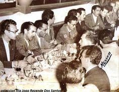 Esta foto es de una comida de la Escuderia Madudina, debe ser de 1955. En el segundo puesto está Julio Pola Segundo, en el tercer puesto está Pancho Pepe Croquer y más adelante de bigotes y un cigarrillo en la mano a Joao Rezende Dos Santos.