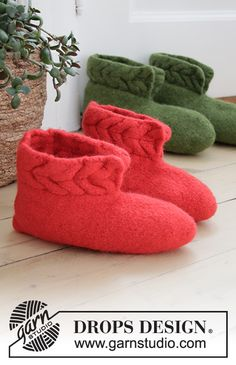 Heartfelt Christmas - Felted slippers with cables for Christmas in DROPS Alaska. - Free pattern by DROPS Design Drops Design, Knitting Patterns Free, Knit Patterns, Free Knitting, Knitted Slippers, Knitted Bags, Crochet Socks, Knitting Socks, Magazine Drops