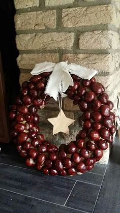 Autumn wreaths of multiple colors with flowers Kastanje krans I wish I knew what these berries were. Diy Spring Wreath, Autumn Wreaths, Diy Wreath, Christmas Wreaths, Christmas Crafts, Christmas Decorations, Christmas Ornaments, Homemade Christmas, Conkers Craft