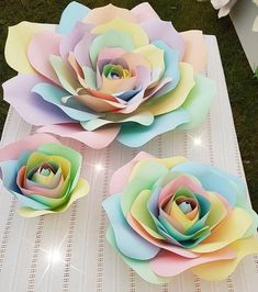 Coolest DIY Paper Flowers For Anyone Coolste DIY Papierblumen für jedermann Large Paper Flowers, Giant Paper Flowers, Big Flowers, Rainbow Flowers, Unicorn Birthday Parties, Unicorn Party, Diy Papier, Paper Flower Backdrop, Paper Flowers Craft