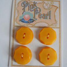 http://www.alittlemercerie.com/boutique/bazar_de_roulottes-723797.html  Plaque de 4 boutons jaunes vintage #2