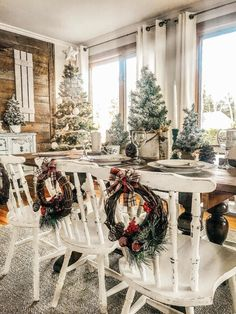 Christmas Decor Inspiration - Farmhouse Style The most stunning farmhouse Christmas decor that is sure to give you fresh ideas and inspiration to use this holiday season! Decoration Christmas, Farmhouse Christmas Decor, Decoration Table, Country Christmas, Xmas Decorations, Christmas Home Decorating, Cabin Christmas Decor, Christmas Room, Cozy Christmas