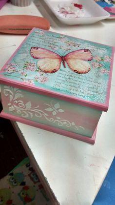 caja con decoupage de mariposa Decoupage Wood, Decoupage Vintage, Decoupage Ideas, Wood Crafts, Diy And Crafts, Pretty Box, Altered Boxes, Craft Box, Diy Box