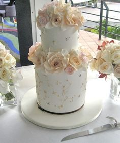 Springtime with sugar roses. Sweet piping compliment the lightly dusted handmade sugar flowers. Amazing Wedding Cakes, White Wedding Cakes, Gorgeous Cakes, Pretty Cakes, Wedding Cake Inspiration, Wedding Ideas, Cupcake Cakes, Cupcakes, Designer Cakes