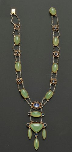 Arts & Crafts 14kt Gold and Serpentine Necklace, set with shaped and oval cabochons, with cabochon sapphire accent, quatrefoil motifs centering blue stones, and joined by seed pearls, earstuds en suite, lg. 13 3/4, drop 2 7/8 in.